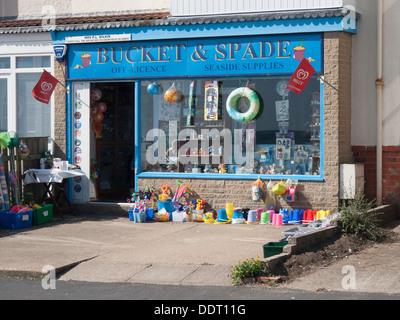 Un seul atelier, dans une rangée de maisons résidentielles de vendre des seaux et des pelles et des fournitures Banque D'Images