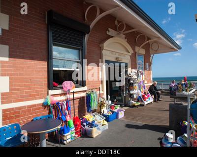 Une ancienne station refuge maintenant une boutique vendant des seaux et des pelles et des fournitures sur le front Banque D'Images