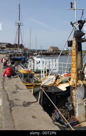 Bateaux de pêche au port dans des puits à côté de la mer sur la côte de Norfolk