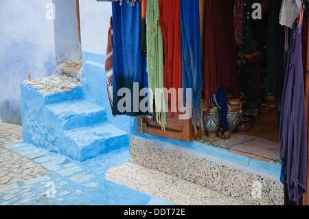 Les écharpes et autres produits régionaux artisanat sur exposition dans une boutique touristique dans la région de Chaouen, Maroc Banque D'Images