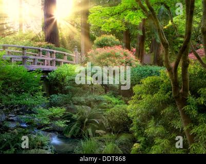 Pont et ruisseau. Jardin japonais de Portland, Oregon Banque D'Images