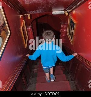 Un garçon de 13 ans dans la Cité Interdite dans le coin , Middleham , Leyburn North Yorkshire , Angleterre , Angleterre Banque D'Images