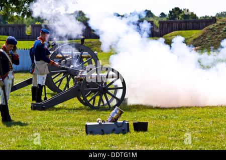 Reconstitution de la guerre de 1812 Le fort George Niagara sur le lac Ontario Canada Cannon de feu Banque D'Images