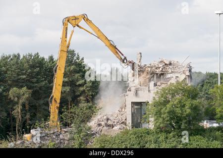 Élevée portée de démolition Komatsu machine au travail, Washington, Angleterre du Nord-Est, Royaume-Uni Banque D'Images