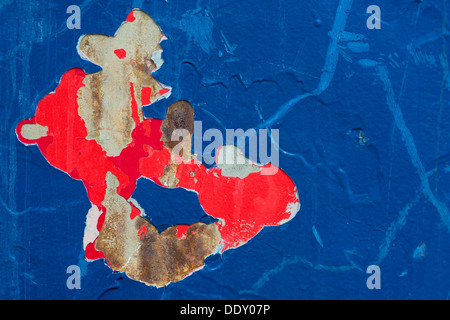 Bleu et rouge Peeling peinture sur un mur Banque D'Images