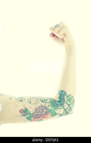 Femme, bras, tatouage, poing serré Banque D'Images