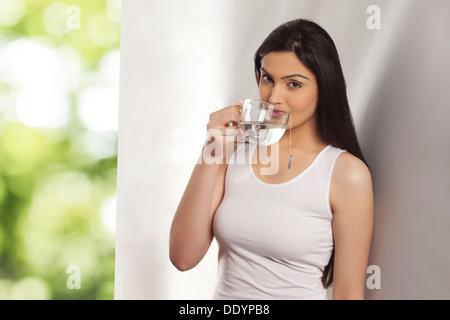 Portrait de jeune femme ayant une tasse de thé de fines herbes Banque D'Images