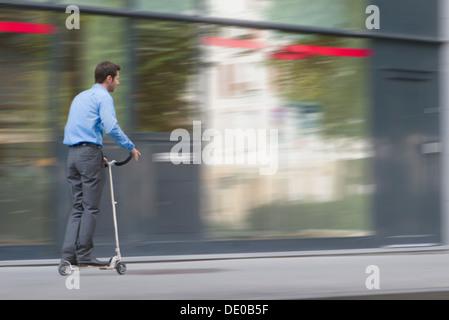 Hommes et femmes d'équitation sur push scooter