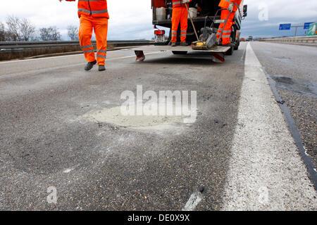 Les travailleurs qui font les travaux de remise en état après une gelée sur l'autoroute A5 près de Heidelberg, Bade Banque D'Images