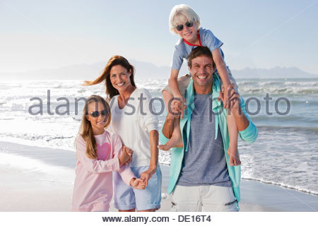 Portrait of happy family on sunny beach Banque D'Images