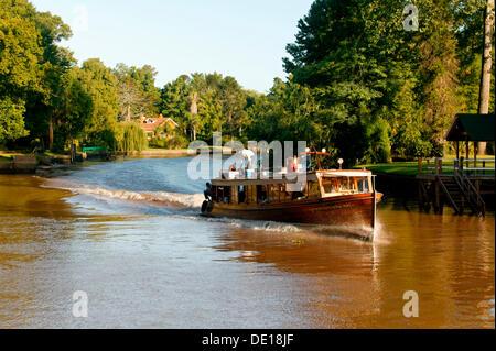 Bateau commercial navigation sur le delta du Parana, Tigre, Buenos Aires, Argentine, Amérique du Sud Banque D'Images