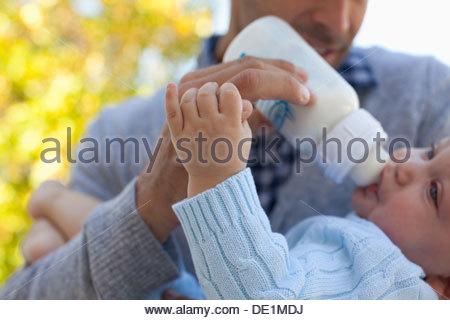 Père nourrir bébé à partir de la bouteille Banque D'Images