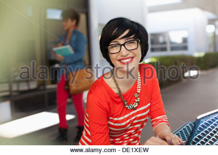 Student using laptop in outdoors Banque D'Images