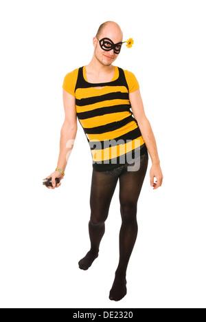 Jeune homme habillé comme le Biene Maja personnage avec un masque sur son visage et la tenue d'une grenade à main Banque D'Images