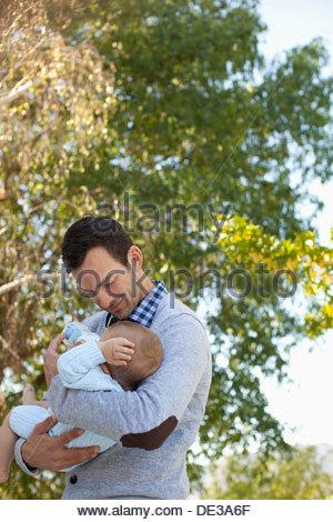 Père biberon baby outdoors Banque D'Images
