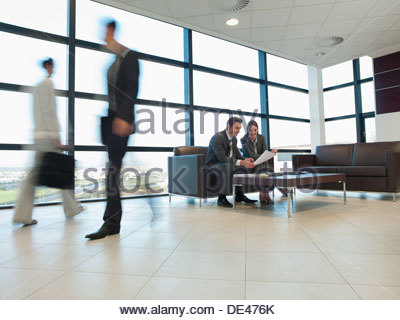 Les gens qui travaillent ensemble dans la salle d'attente bureau Banque D'Images