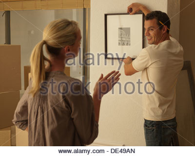 Photo Couple hanging in new house Banque D'Images