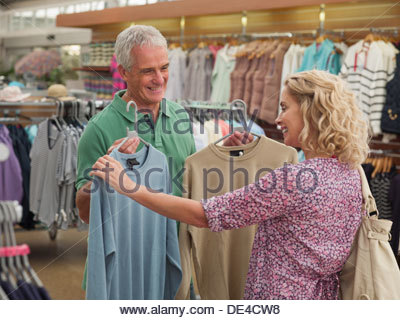 Couple shopping for clothing in store Banque D'Images
