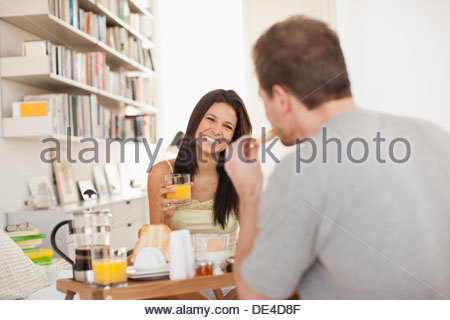 Couple eating breakfast in bed Banque D'Images