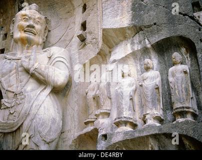 L'un des rois gardien du bouddhisme, sculptés sur le mur nord de la temple Fengxian au complexe du temple-grotte Banque D'Images