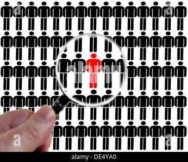 Homme d'être soigneusement examinées à la loupe, image symbolique de la surveillance dans la société Banque D'Images