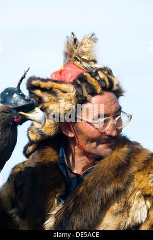 Un chasseur eagle Kazakhs de Mongolie occidentale. Banque D'Images