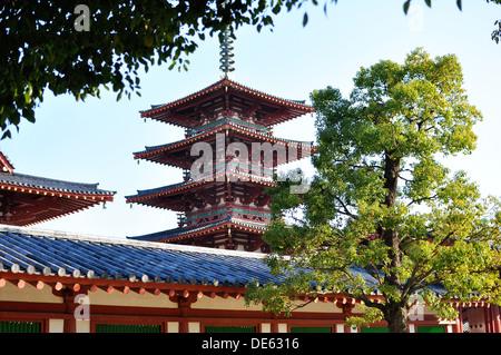 Le Gojunoto (5 étages) à l'intérieur de la pagode de motifs Temple Shitennoji, à Osaka au Japon. Banque D'Images