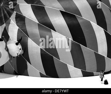 Ballons International Show, Château d'Oex, Suisse, une femme jeta à par un petit ballon Banque D'Images