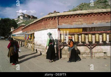 Moulins à prière. Palais du Potala en arrière-plan. Lhassa. Le Tibet. La Chine. Banque D'Images