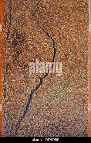 Métal texturé brun rouille sur l'eau peut être utilisé comme arrière-plan Banque D'Images