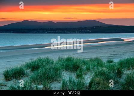 Dernière Lumière sur la plage de Harlech, Tremadog Bay et coucher de soleil sur la péninsule de Lleyn, au nord du Banque D'Images