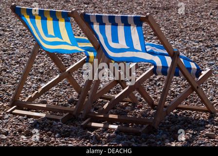 Deux transats sur la plage de galets Banque D'Images
