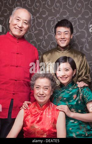 Portrait des grands-parents et petits-enfants adultes en vêtements traditionnels chinois Banque D'Images