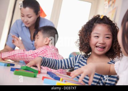 Enfants jouant dans une salle de classe Banque D'Images