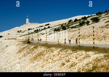 Scenic mountain road en direction du Mont Ventoux, des pics dans le dos, Provence, France Banque D'Images