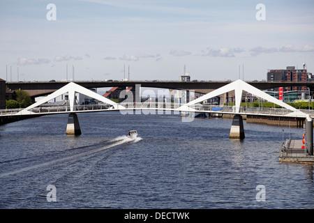 Voir l'ouest le long de la rivière Clyde à l'Tradeston pont piétonnier et autoroute M8 sur le pont de Kingston, Banque D'Images