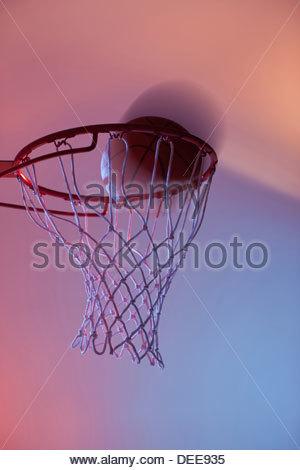 Basket-ball sur la jante de hoop Banque D'Images