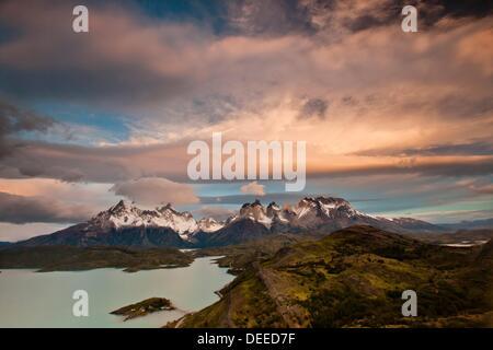 Plus Windcloud Cuernos del Paine à l'aube, Lago Pehoe, Parque Nacional Torres del Paine, en Patagonie, au Chili. Banque D'Images