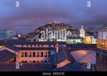 La Cathédrale Métropolitaine et la colline Panecillo la nuit, Quito, Site du patrimoine mondial de l'UNESCO, la Banque D'Images