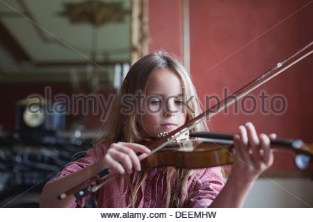 De graves girl playing violin Banque D'Images