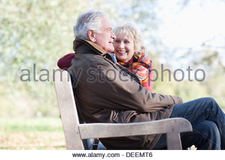 Senior couple hugging in park Banque D'Images