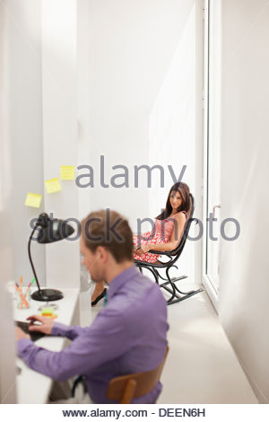 Woman staring at man in office Banque D'Images