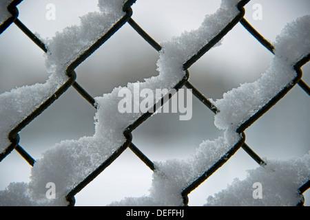 Neige sur une clôture de Banque D'Images