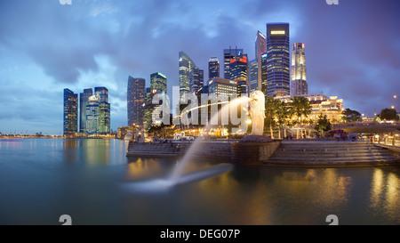 La statue du Merlion avec la ville en arrière-plan, Marina Bay, à Singapour, en Asie du Sud-Est, l'Asie Banque D'Images