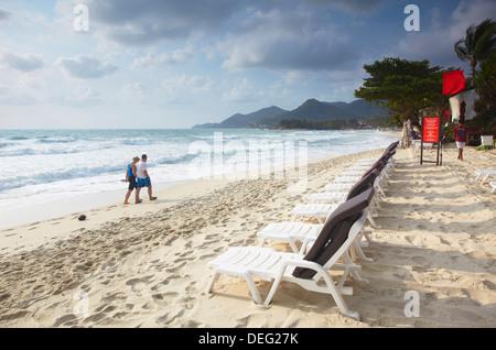 Couple en train de marcher le long de la plage de Chaweng, Ko Samui, Thaïlande, Asie du Sud-Est, Asie Banque D'Images