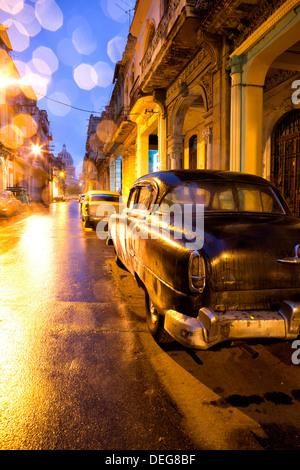 Lumière faible vue vers le Capitolio, Centro Habana, La Havane, Cuba, Antilles Banque D'Images