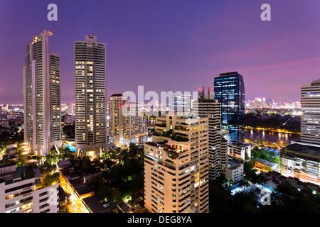 Les immeubles de grande hauteur de Bangkok la nuit de Rembrandt Hotel and Towers, Sukhumvit 18, Bangkok, Thaïlande, Banque D'Images