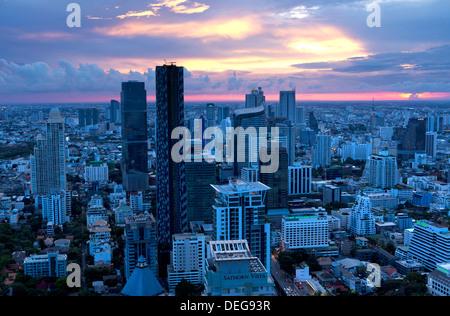 Vue sur Bangkok au coucher du soleil depuis le bar Vertigo sur le toit le Banyan Tree Hotel, Bangkok, Thaïlande, Asie du Sud, Asie