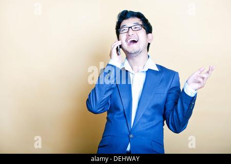 Sur l'homme asiatique élégant téléphone Banque D'Images