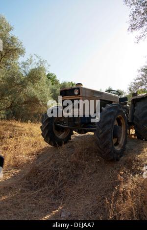 Tracteur Lamborghini abandonnés et laissés à pourrir la rouille à Lefkas Lefkada île grecque La Grèce Banque D'Images